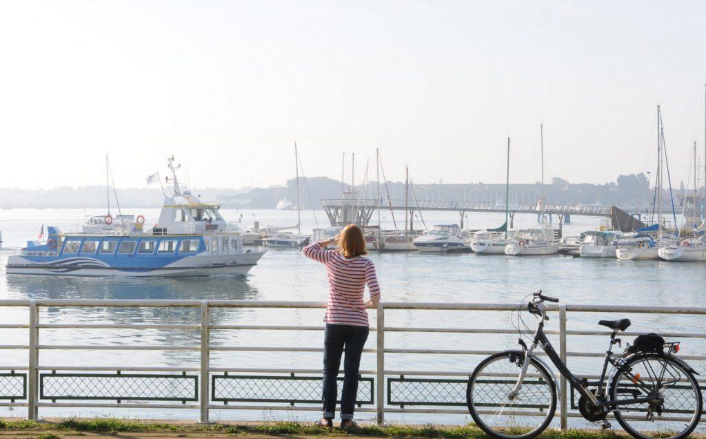 Balade à vélo à l'Enclos du port dans le centre-ville de Lorient.