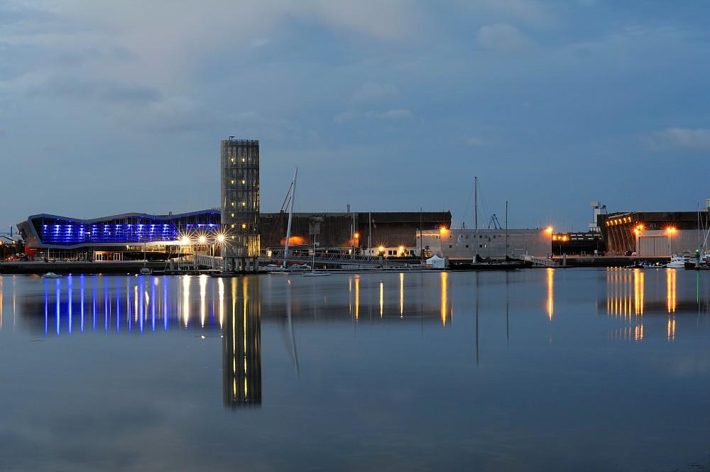 La Cité de la voile Eric Tabarly de nuit à Lorient La Base