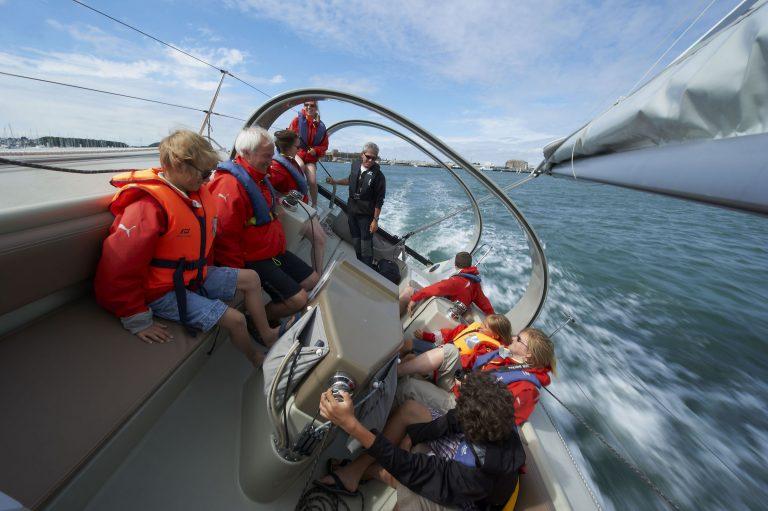 Cité de la voile Eric Tabarly à Lorient La Base, balade sous voile en mer