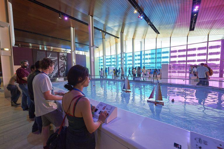 Cité de la Voile Eric Tabarly à Lorient La Base, le bassin des voiliers dans l'exposition permanente.