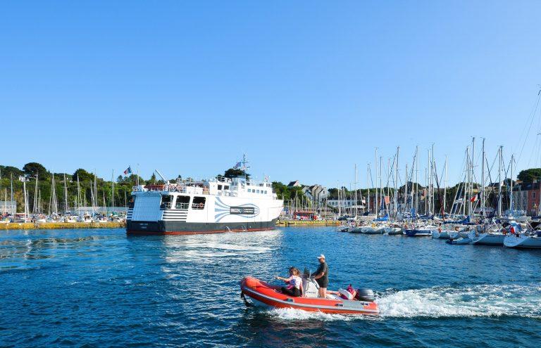 Bateau venant de Lorient à Port Tudy, Groix.