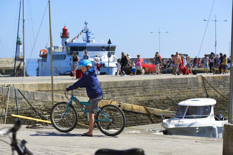 Vélo sur le quai du bateau de l'île de Groix.
