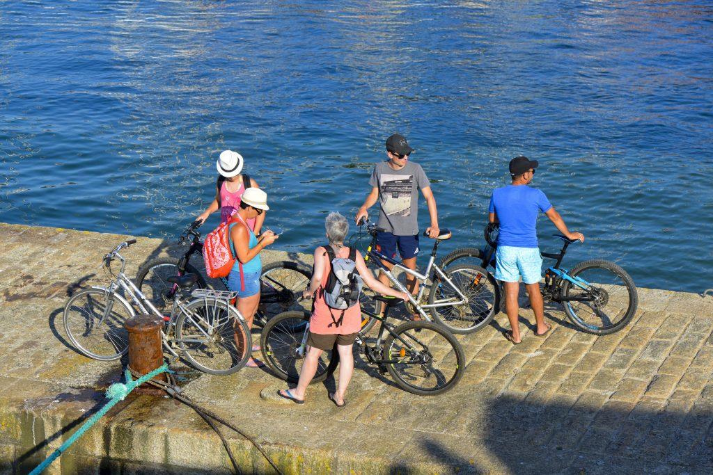 Groupe de cyclistes à Port Tudy, Ile de Groix.