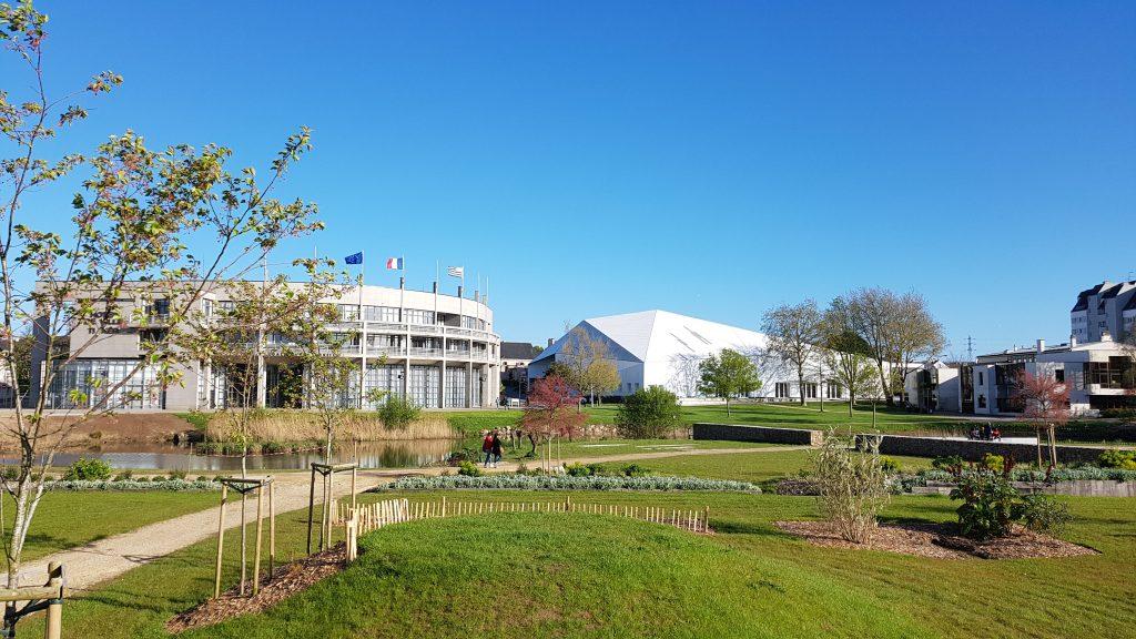 Le parc Mandela et l'Hôtel de Ville de Lanester.