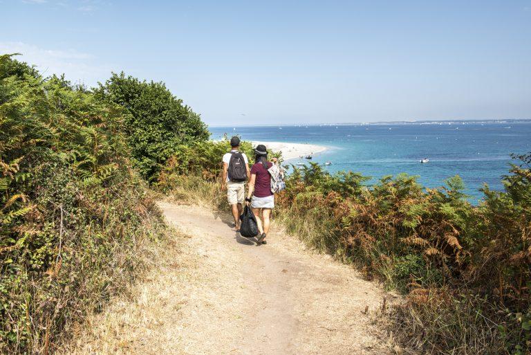 Randonnée pédestre près de la plage des Grands Sables à Groix