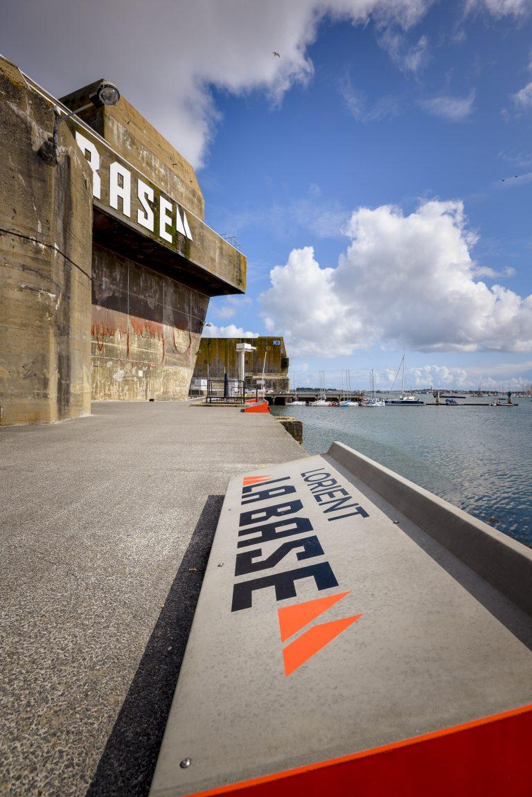 Panneau signalétique sur un quai de Lorient La Base