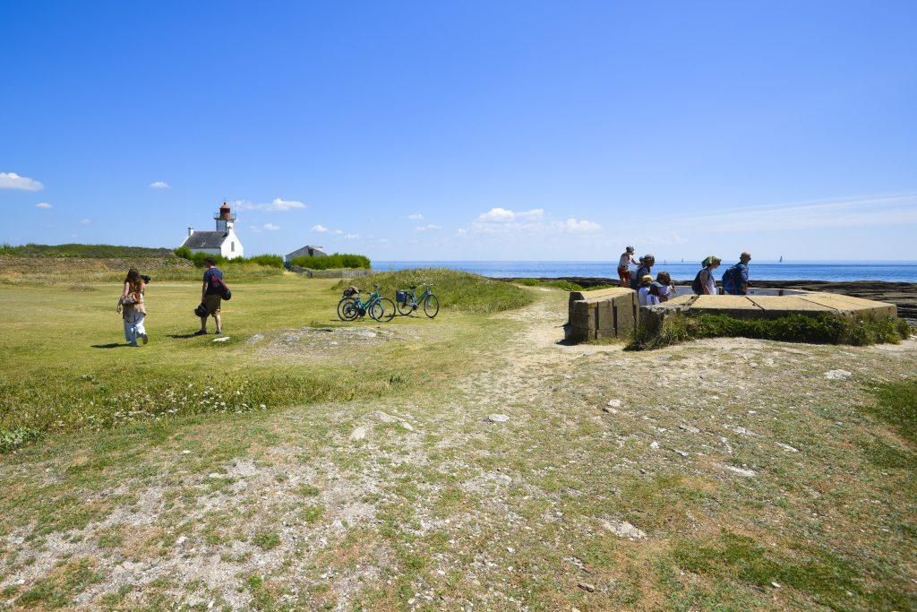 Vélos et promeneurs à la pointe des chats à l'île de Groix.