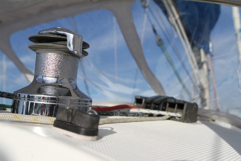Gros plan sur un voilier au port du Kernével de Lorient