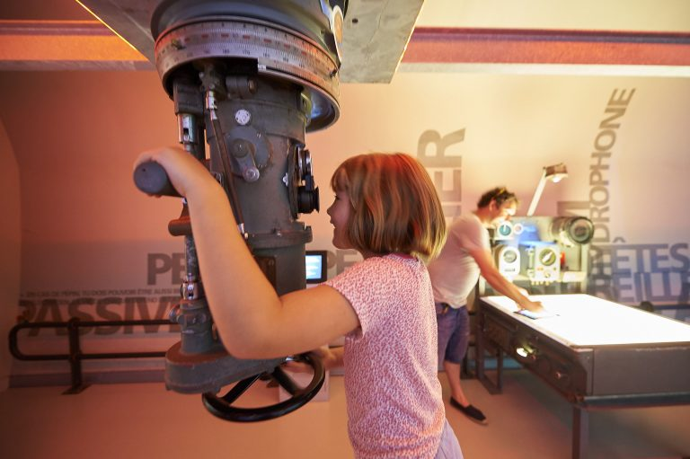 Enfant au périscope dans le musée du sous-marin Flore à Lorient La Base