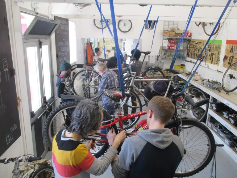 Réparation de vélos à l'Abri Syklett à Lorient.
