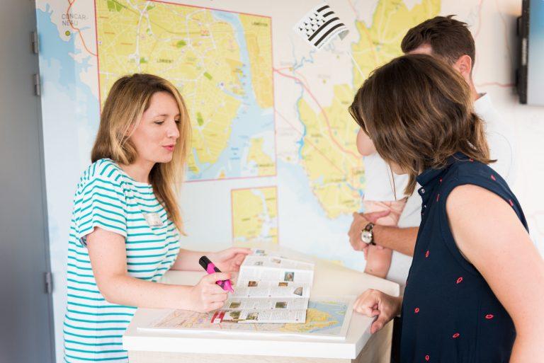 Conseils à l'accueil de l'office de tourisme de Lorient Bretagne Sud.