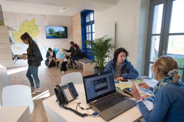 Visiteurs à l'office de tourisme de Lorient Bretagne Sud.