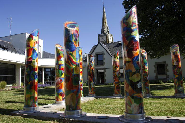 Sculpture : colonnes devant le clocher, Quéven