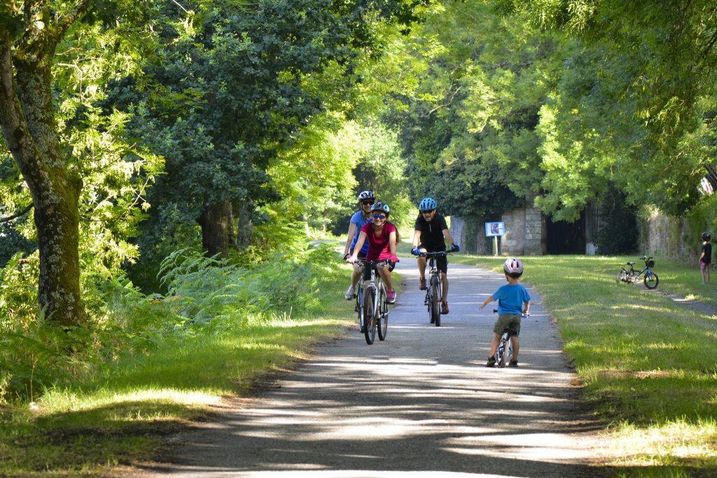 Balade en famille à vélo sur le chemin de halage.