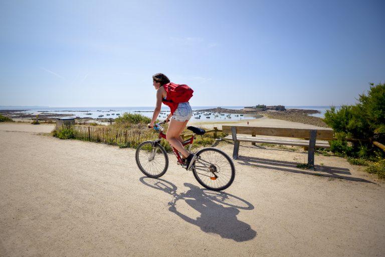 Cycliste au bord des plages de Ploemeur