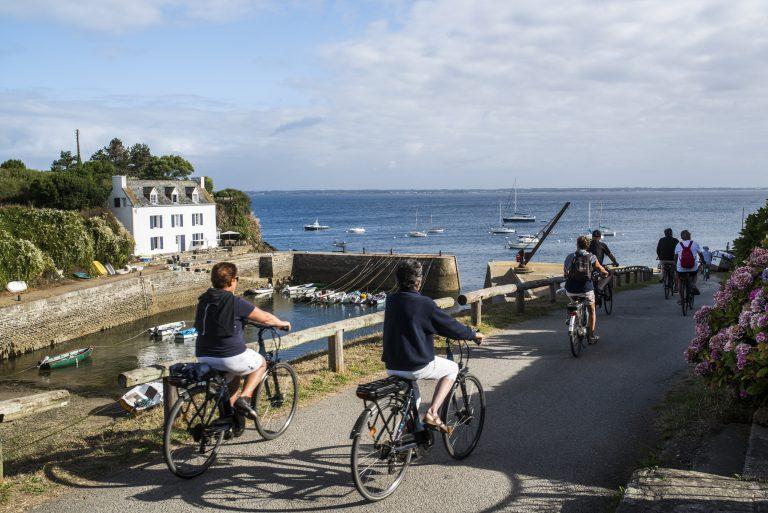 Cycliste en bord de mer à Port-Lay sur l'île de Groix