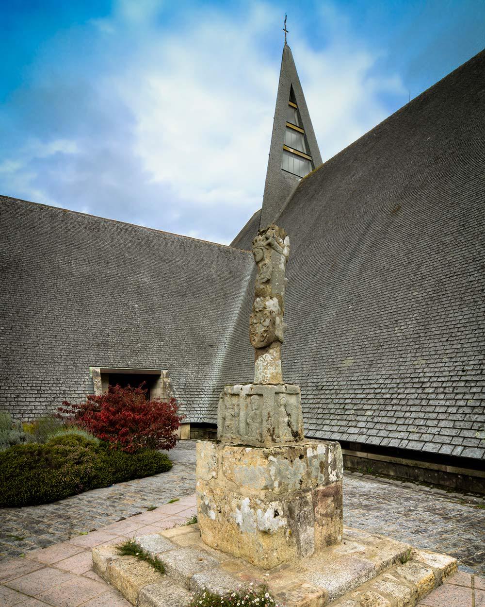 Église Saint Pierre et Calvaire à Caudan