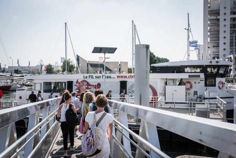 Embarcation sur un bateau-bus