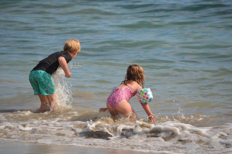 Baignade d'enfants au bord de la mer