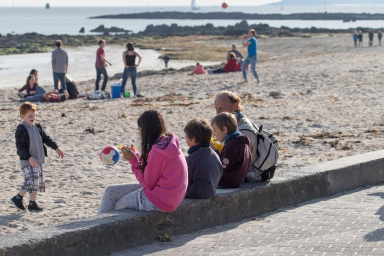Glaces au printemps sur la plage de Port-Maria à Larmor-Plage