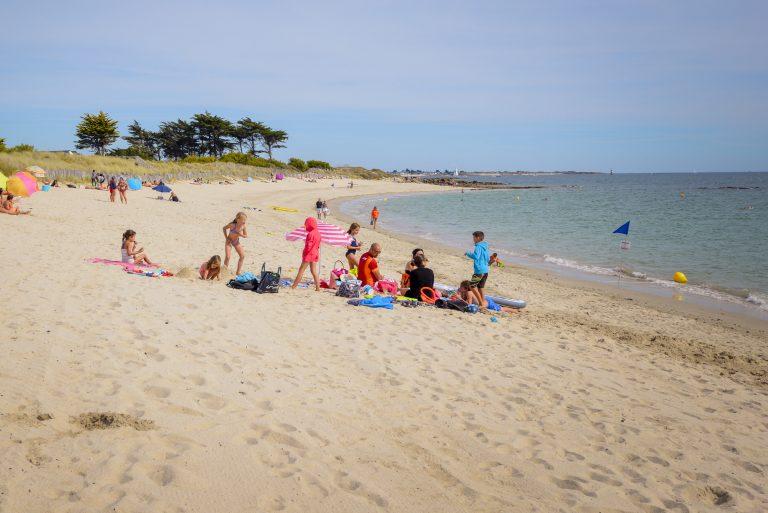 Famille sur la plage de Kerguelen , Larmor Plage