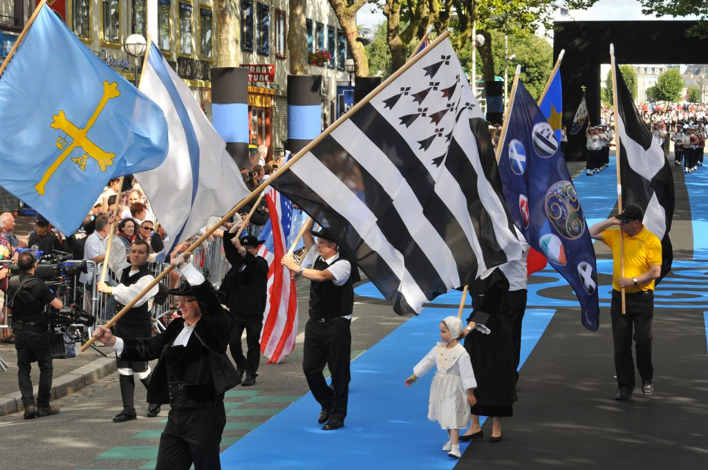 festival interceltique drapeau breton Lorient