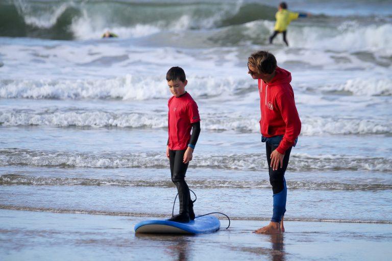 Enfant apprenant le surf, Ploemeur