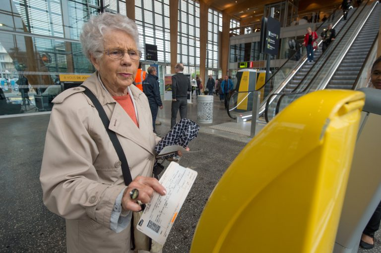 Compostage d'un billet de train par une dame