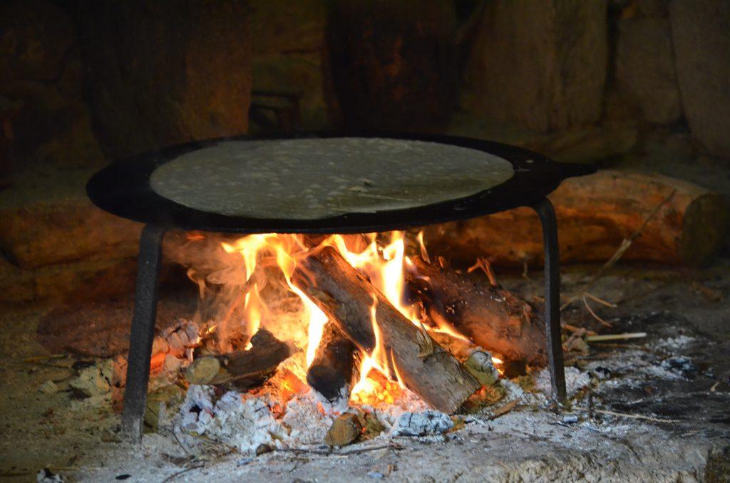 La cuisson des crêpes au feu de bois au Village de Poul Fetan