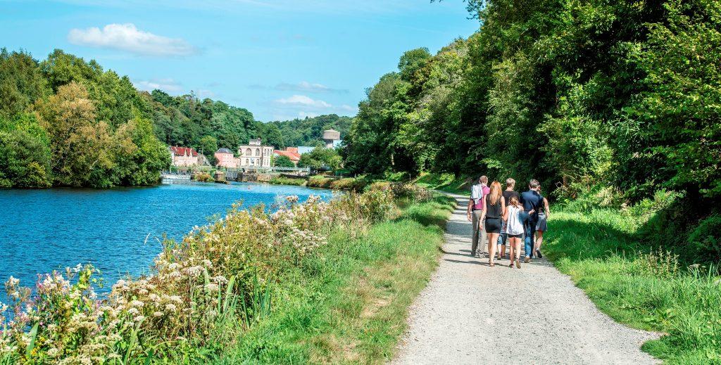 balade à pied en famille sur le halage du Blavet écluse des forges à Lochrist