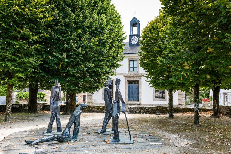 Exposition de sculptures de Pierre de Grauw place de la Maison des Princes dans le centre de Pont-Scorff.