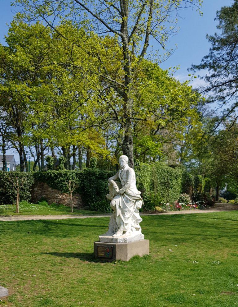 Statue d'Auguste Brizeux dans le jardin Chevassu à Lorient.