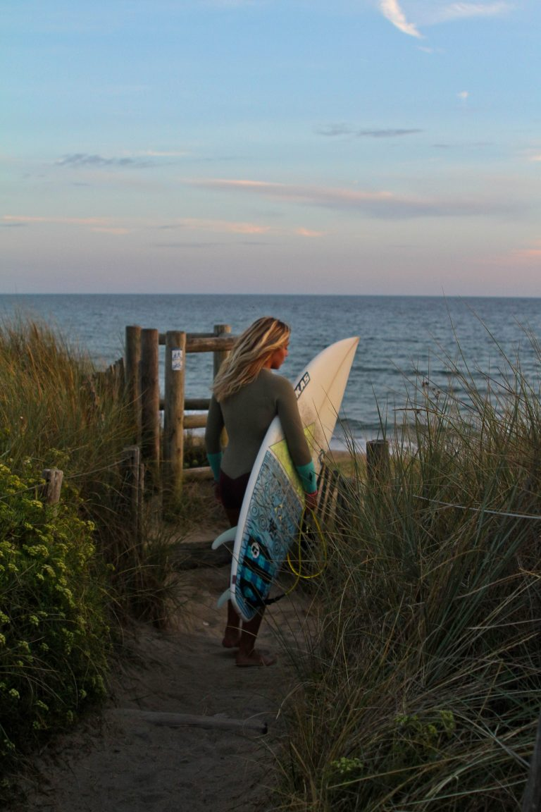 Surfeuse sur la plage