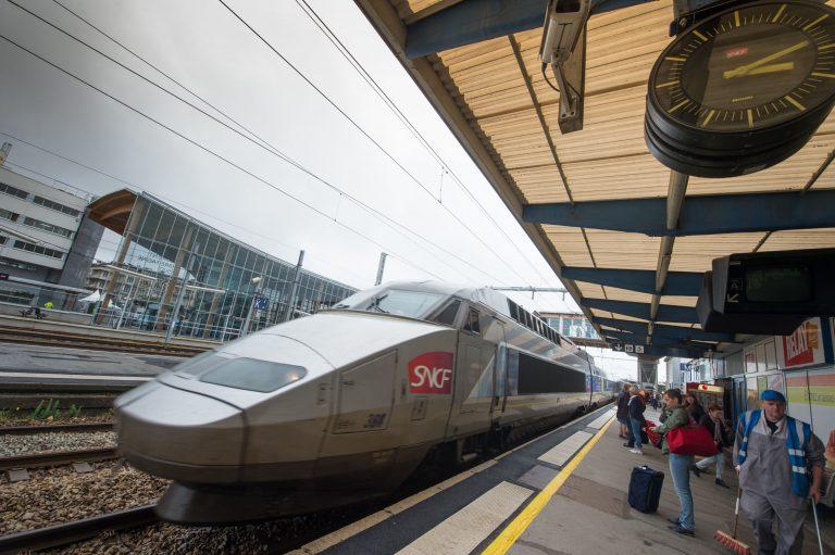 Quai intérieur et train de la gare SNCF de Lorient