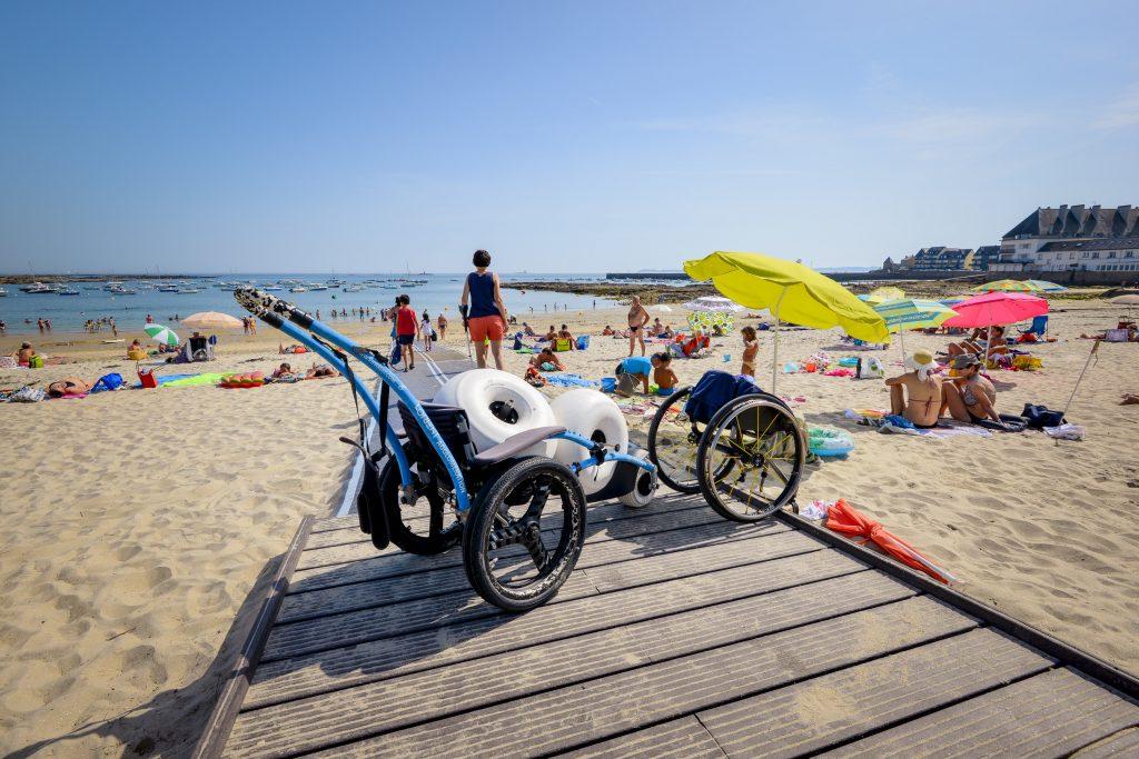 Fauteuil Hippocampe sur la plage de l'Anse du Stole à Plœmeur, plage labellisée Tourisme & Handicap.