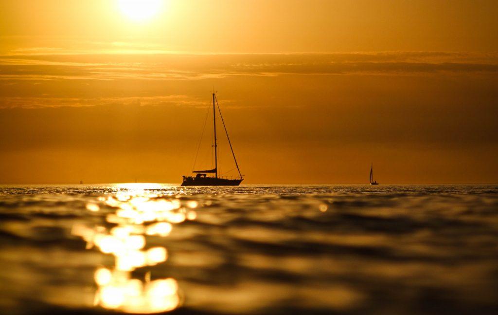 Voilier au coucher du soleil à Lorient Bretagne Sud.