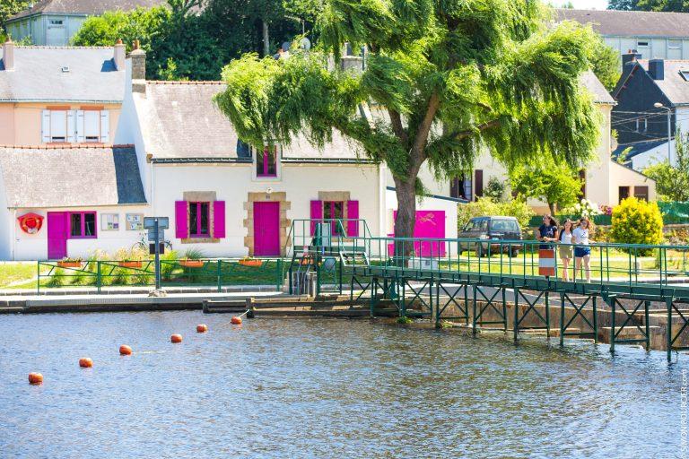 Inzinzac-lochrist le pont et maisons à volet roses
