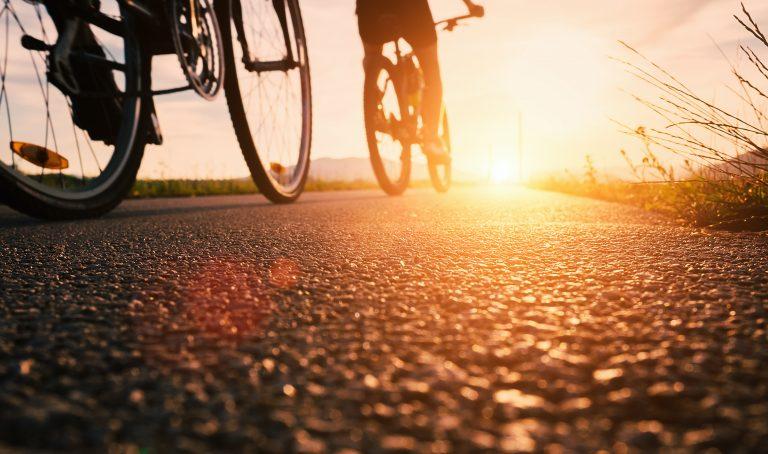 Couple de vélo sur un chemin de randonnée