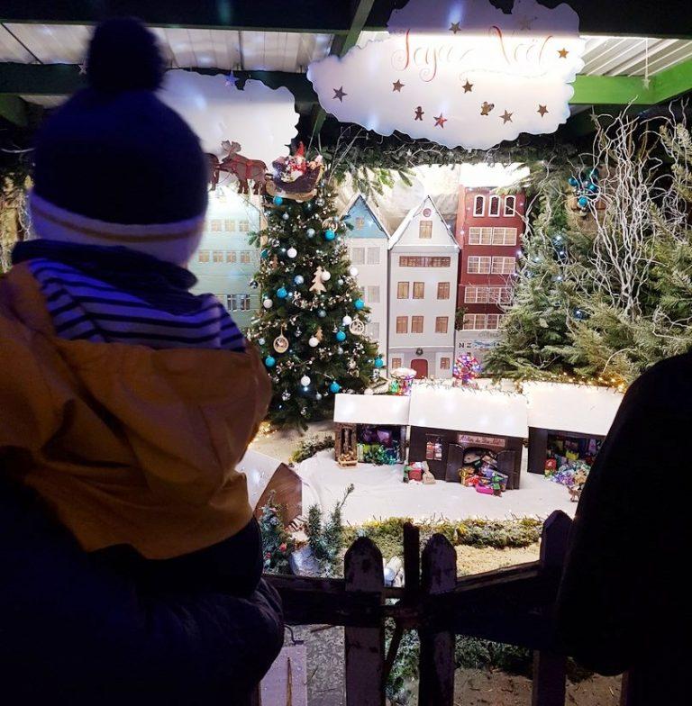 Enfant au marché Noel de Ploemeur
