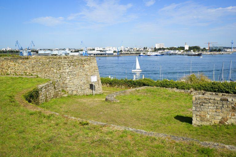 Du fort de Pen Mané à Locmiquélic vue sur les ports de Lorient