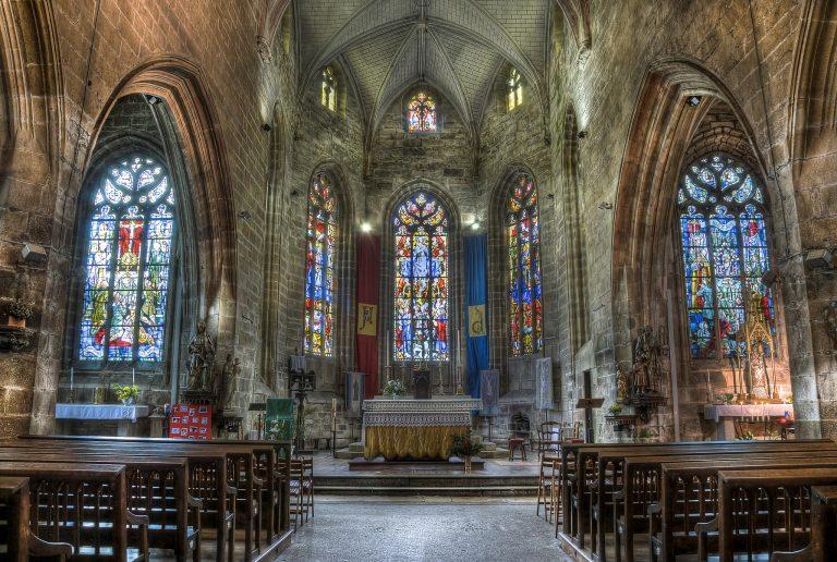 Hennebont, les vitraux de l'intérieur de la basilique Notre dame du Paradis