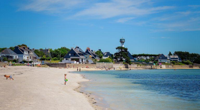 Plage, maison et phare de Riantec sur la petite mer de Gavres