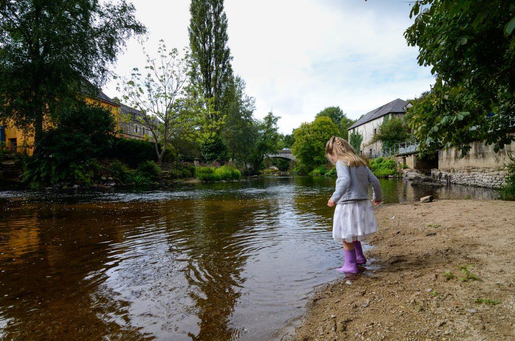Petite fille jouant dans le Scorff à Pont-Scorff