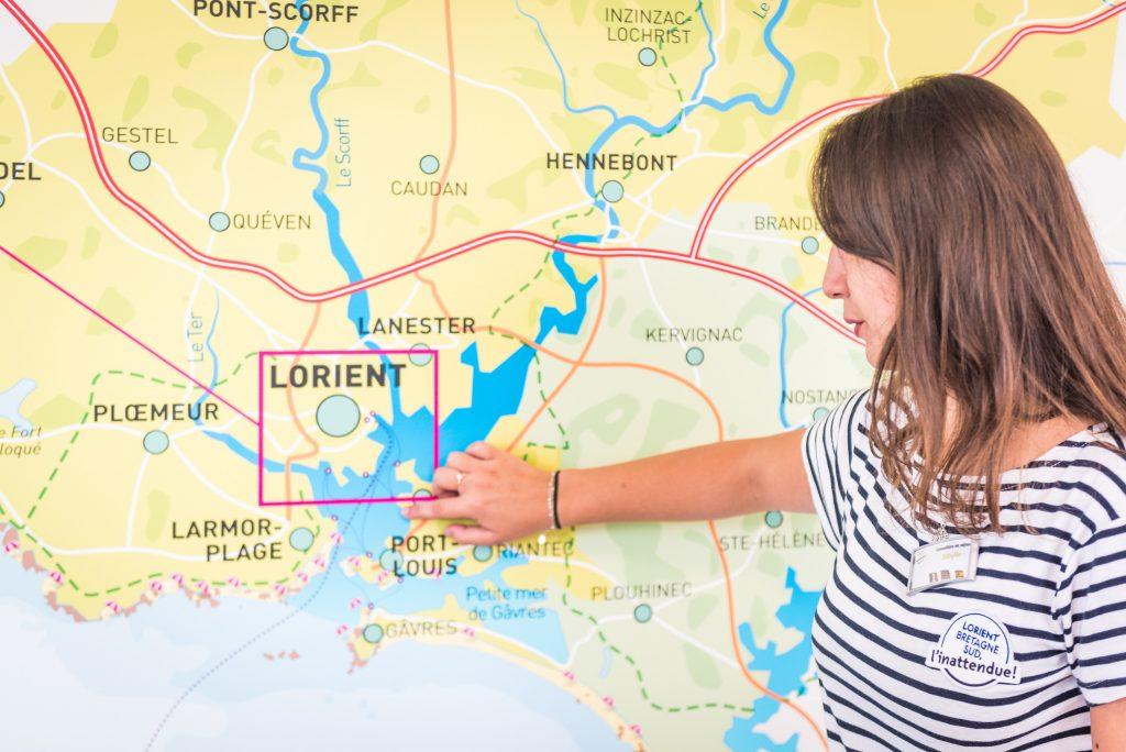Conseillère en séjour renseignant des visiteurs à Lorient