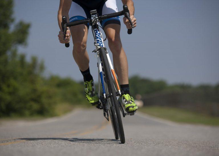 Cycliste sur route en balade