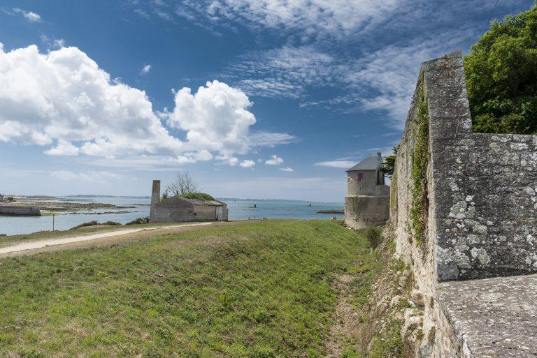Chemin de randonnée près des remparts de la citadelle de Port-Louis
