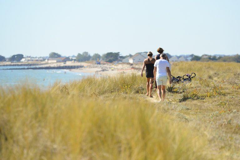 Personnes se promenant sur la presqu'île de Gâvres