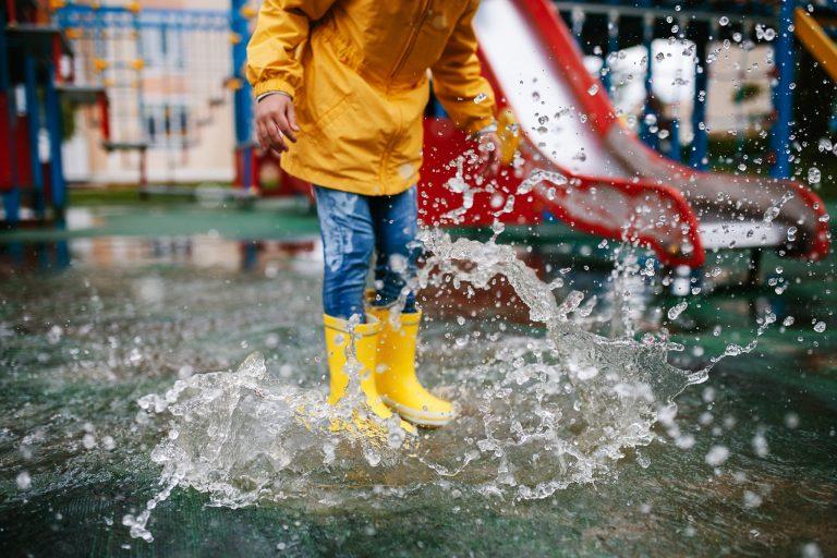 il pleut - bottes jaunes dans flaque d'eau