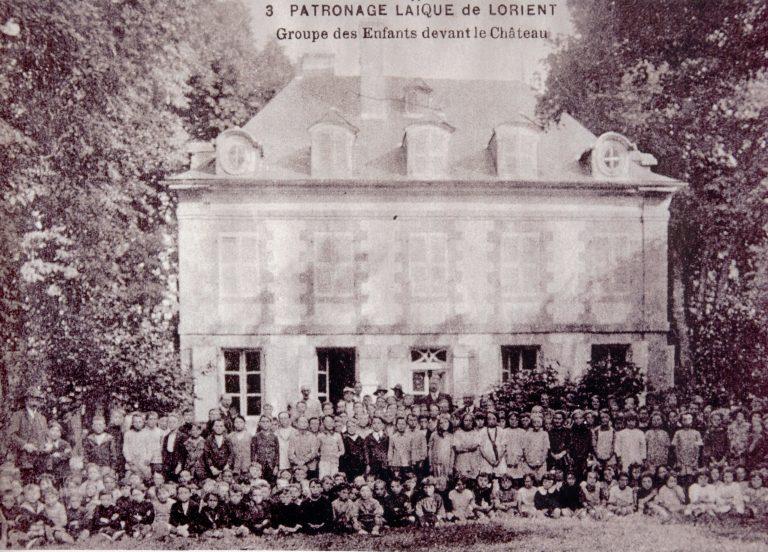 Ploemeur, groupe d'enfants devant le château de Soye.
