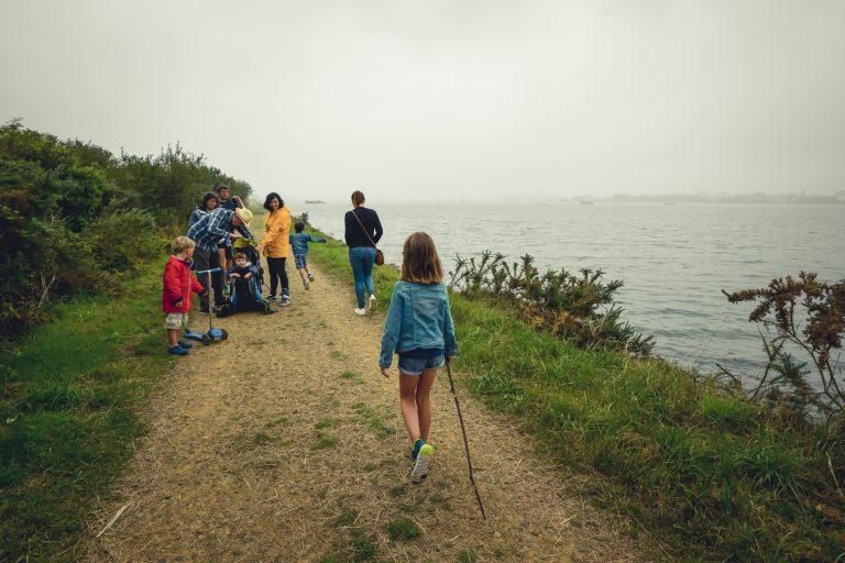 Locmiquélic, famille se promenant sur un sentier le long du littoral au milieu de la réserve de Pen Mané